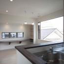 蔵とヴァイオリン室のある家の写真 2階キッチンから書斎コーナーを見る