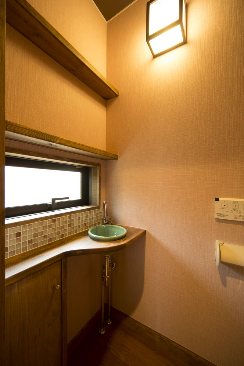 バス/トイレ事例:1階トイレ(カンツリー倶楽部  「調整区域に建てた家」)