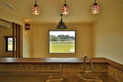 キッチンに立って田んぼを見る (カンツリー倶楽部  「調整区域に建てた家」)