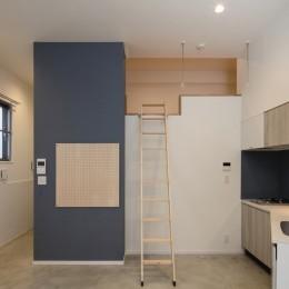 ロフトのある部屋 (三角形の土地に建つ共同住宅)