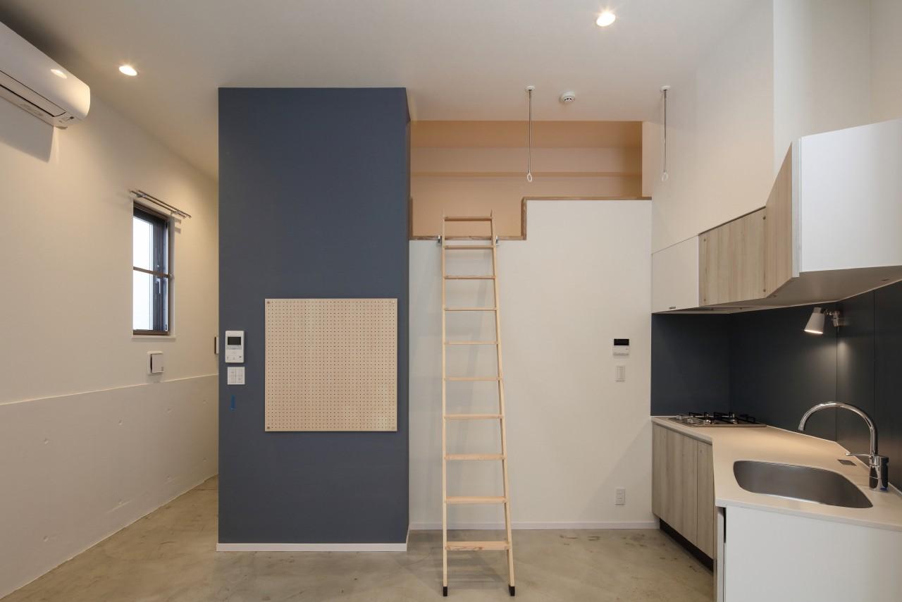 キッチン事例:ロフトのある部屋(変形地に建つ共同住宅)