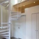 変形地に建つ共同住宅の写真 螺旋階段のあるメゾネット