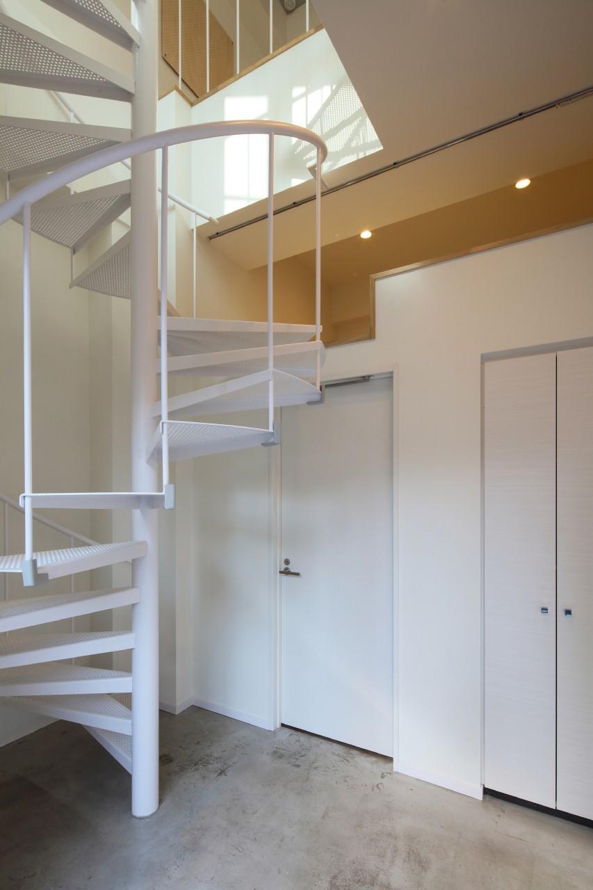 玄関事例:螺旋階段のあるメゾネット(変形地に建つ共同住宅)