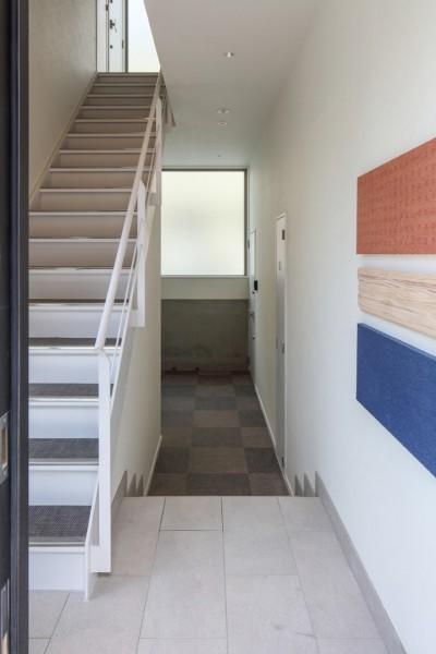 変形地に建つ共同住宅 (意外に人気な屋内共用階段)