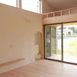 休耕地に建つ女性のための住宅 (休耕地の家|ロフトタイプの広間2)