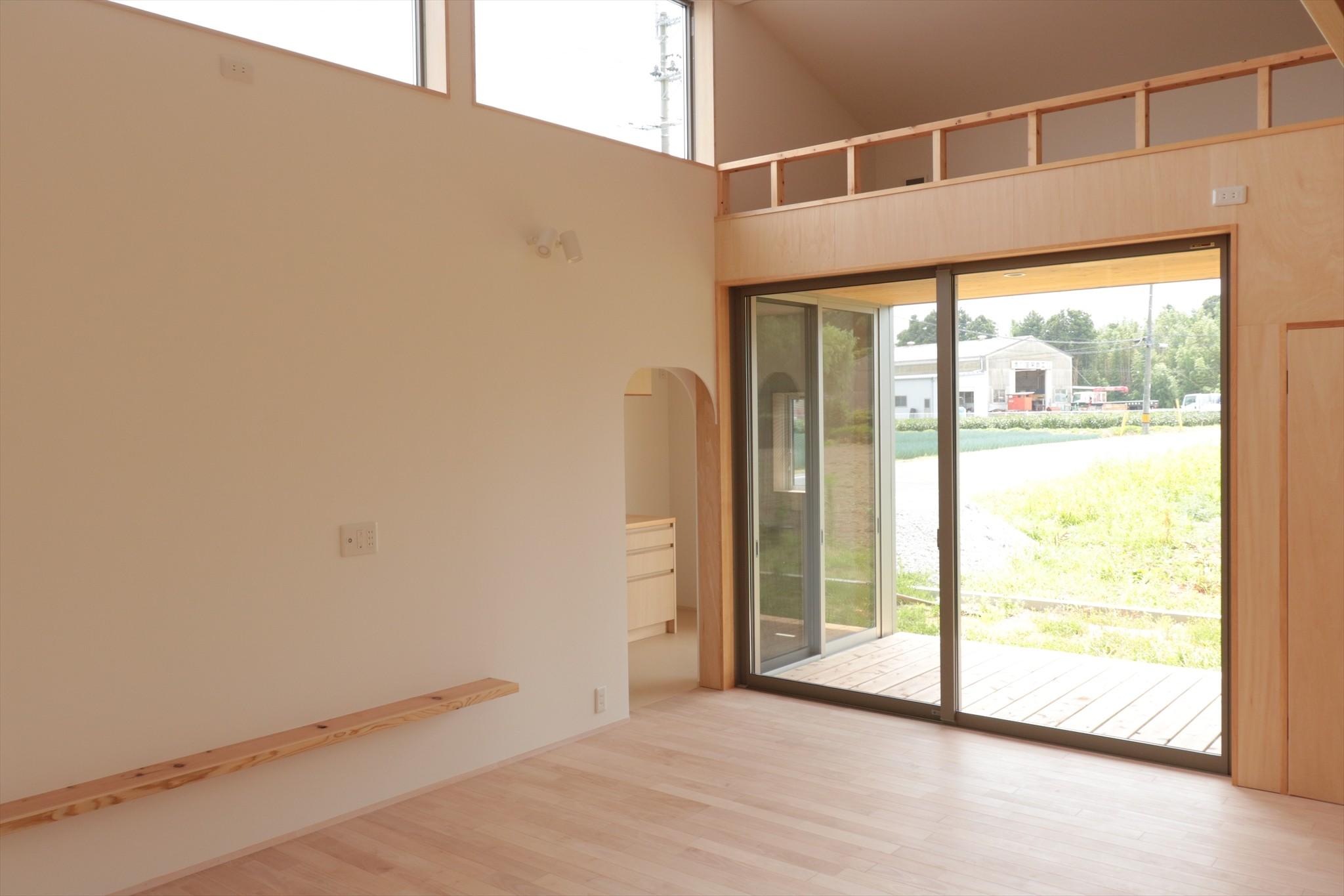 リビングダイニング事例:休耕地の家|ロフトタイプの広間2(休耕地に建つ女性のための住宅)
