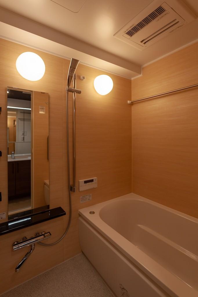 バス/トイレ事例:ユニットバスは大きめ(Simple solid wood)