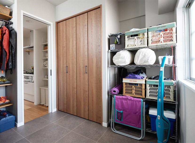 収納事例:キッチンへと続くウォークスルーの土間(ライフスタイルを見つめたからこそ、シンプルながら趣味を充実させた暮らしを実現。)