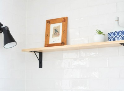 飾り棚と手元用のライト (ライフスタイルを見つめたからこそ、シンプルながら趣味を充実させた暮らしを実現。)