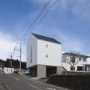 木造築30年「フルリノベーション+増築」で二世帯住宅に改築 OUCHI-23の写真 左に増築棟、右にリノベーションした母屋