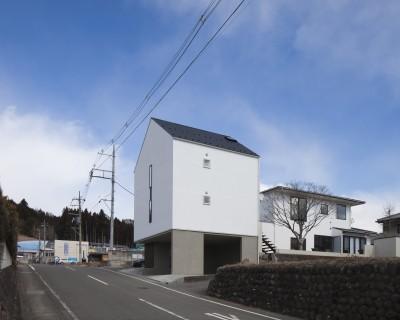 左に増築棟、右にリノベーションした母屋 (木造築30年「フルリノベーション+増築」で二世帯住宅に改築 OUCHI-23)