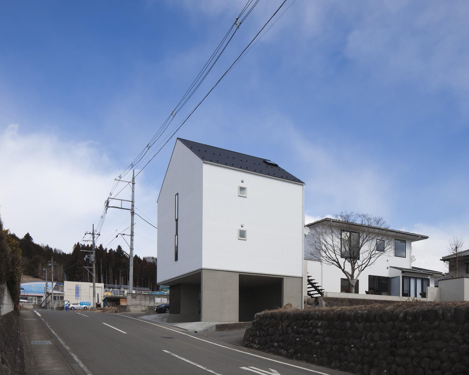 外観事例:左に増築棟、右にリノベーションした母屋(木造築30年「フルリノベーション+増築」で二世帯住宅に改築 OUCHI-23)