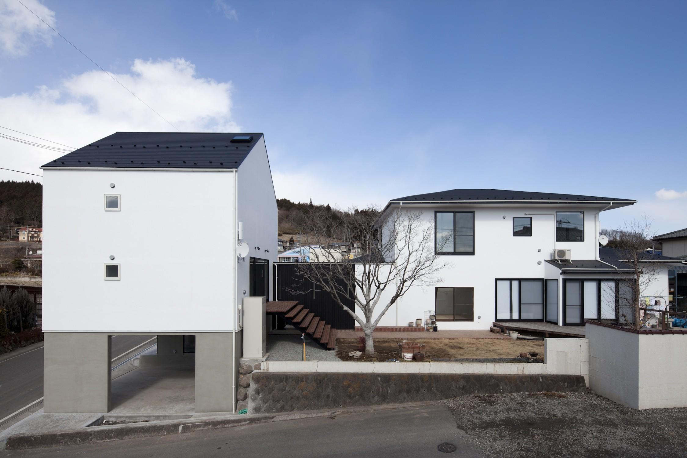 外観事例:庭を介してつながる2つのリビング(木造築30年「フルリノベーション+増築」で二世帯住宅に改築 OUCHI-23)