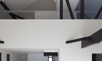 子世帯リビング吹抜|木造築30年「フルリノベーション+増築」で二世帯住宅に改築 OUCHI-23
