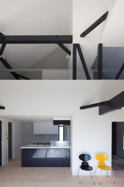 子世帯リビング吹抜 (木造築30年「フルリノベーション+増築」で二世帯住宅に改築 OUCHI-23)