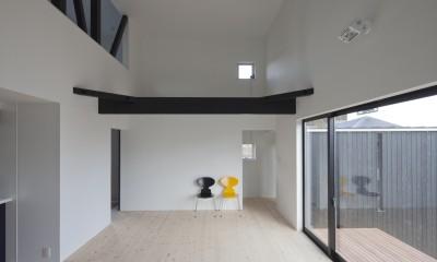 中庭に開くリビング|木造築30年「フルリノベーション+増築」で二世帯住宅に改築 OUCHI-23