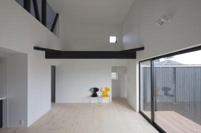中庭に開くリビング (木造築30年「フルリノベーション+増築」で二世帯住宅に改築 OUCHI-23)