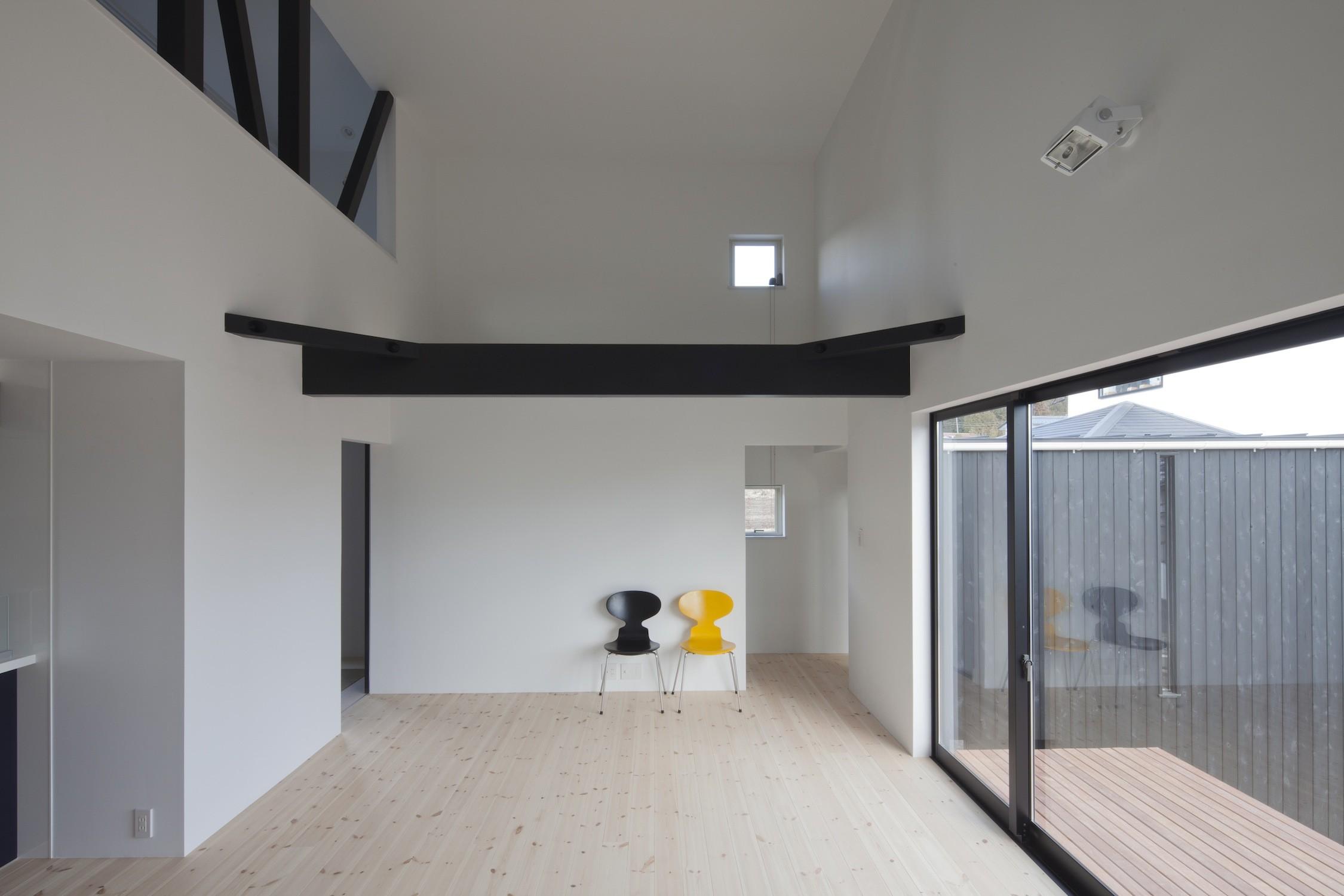 リビングダイニング事例:中庭に開くリビング(木造築30年「フルリノベーション+増築」で二世帯住宅に改築 OUCHI-23)