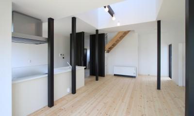 リノベーション後の母屋のリビング|木造築30年「フルリノベーション+増築」で二世帯住宅に改築 OUCHI-23