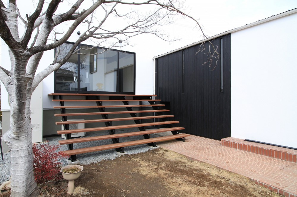 木造築30年「フルリノベーション+増築」で二世帯住宅に改築 OUCHI-23 (庭につながる子世帯のリビング)