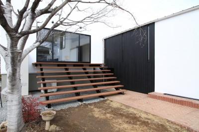 庭につながる子世帯のリビング (木造築30年「フルリノベーション+増築」で二世帯住宅に改築 OUCHI-23)