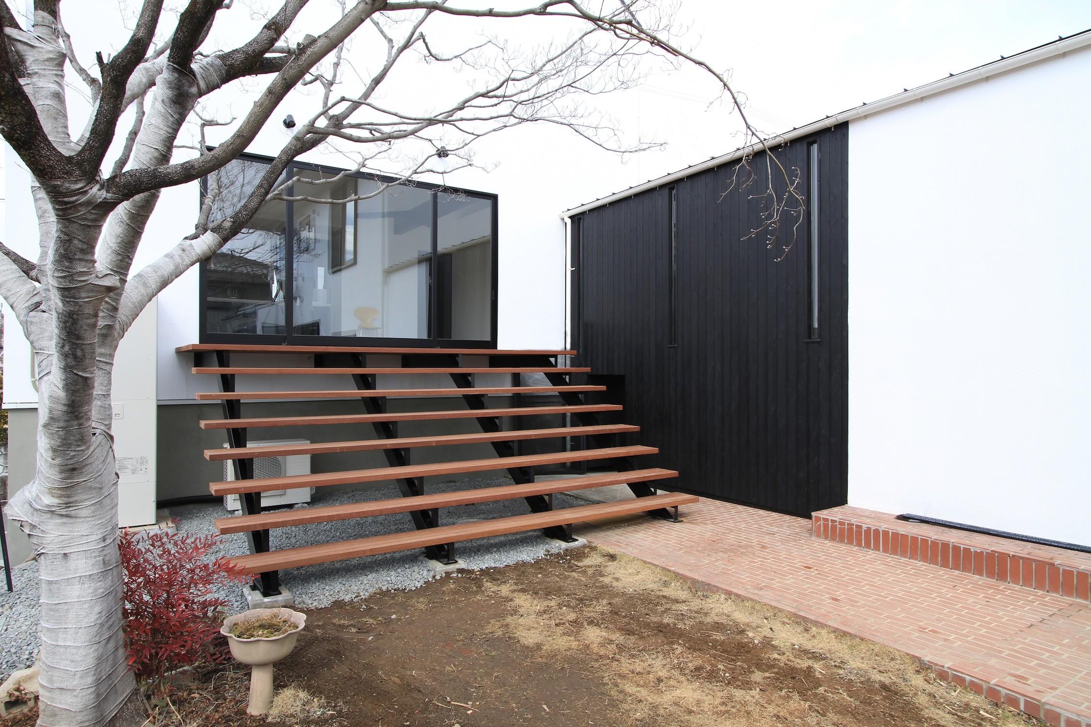 アウトドア事例:庭につながる子世帯のリビング(木造築30年「フルリノベーション+増築」で二世帯住宅に改築 OUCHI-23)
