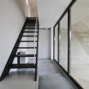 木造築30年「フルリノベーション+増築」で二世帯住宅に改築 OUCHI-23の写真 子世帯の玄関・ガレージとガラスで仕切られる