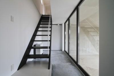 木造築30年「フルリノベーション+増築」で二世帯住宅に改築 OUCHI-23 (子世帯の玄関・ガレージとガラスで仕切られる)