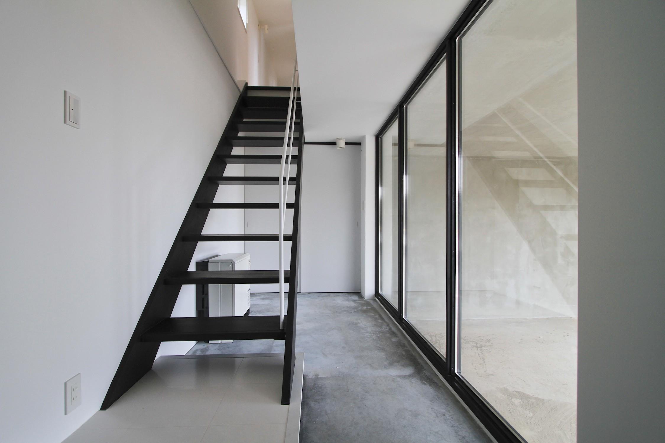 リビングダイニング事例:子世帯の玄関・ガレージとガラスで仕切られる(木造築30年「フルリノベーション+増築」で二世帯住宅に改築 OUCHI-23)