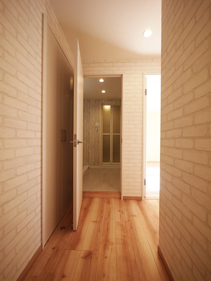 その他事例:廊下(色彩豊かな南欧風の家)