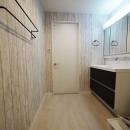 色彩豊かな南欧風の家の写真 洗面室
