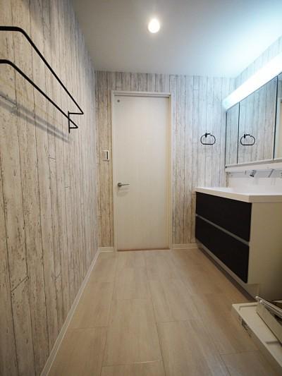 洗面室 (色彩豊かな南欧風の家)