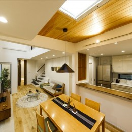 住宅密集地で光を招く工夫が満載!開放感あふれる吹き抜けリビング