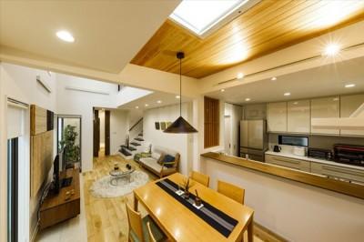 住宅密集地で光を招く工夫が満載!開放感あふれる吹き抜けリビング (【キッチン After】)