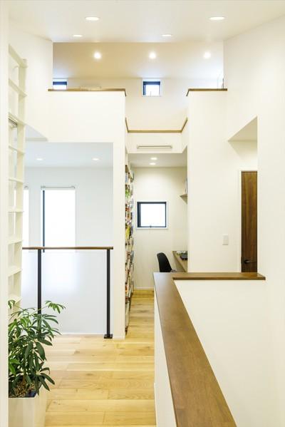 住宅密集地で光を招く工夫が満載!開放感あふれる吹き抜けリビング (【2階After】)