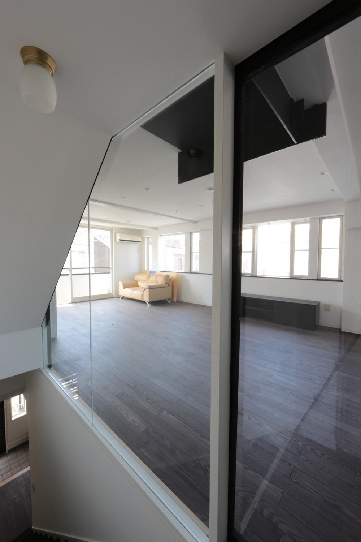 東京中野 N邸リノベーション (リフォーム後 階段室からリビングを見る)