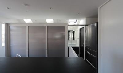 東京中野 N邸リノベーション (キッチンから洗面を見る)
