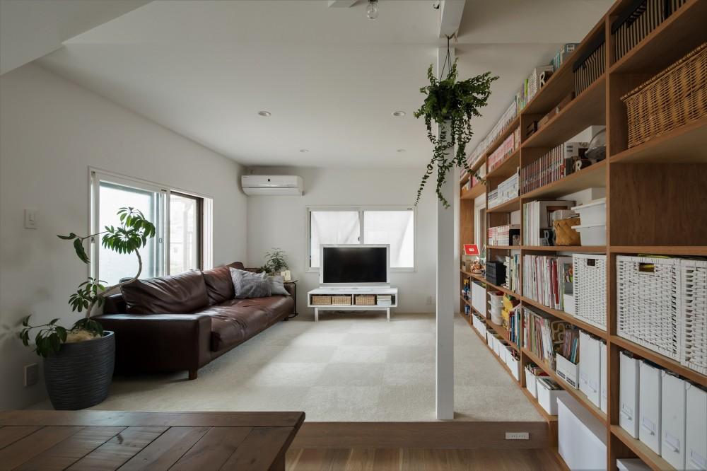 リビング (1階リビングから2階リビングへ変更、光と風を取り入れるやわらかなモノトーンの家(吹田の家リノベーション))