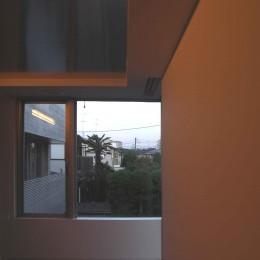 ひばりが丘、RC造としギャラリーを意識した吹抜けのある住まい (主寝室窓からの外の眺め)