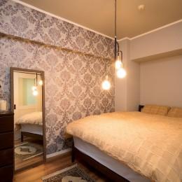 一日の疲れを癒してくれるブルーグレーの輸入壁紙 (寝室)