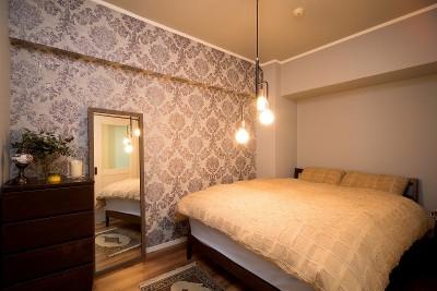 寝室 (一日の疲れを癒してくれるブルーグレーの輸入壁紙)