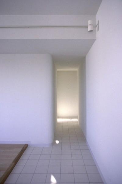 リビング土間から玄関へのつながり (東京中野 ミニマル・シンプルな空間へマンションリノベーション)