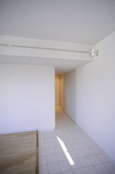 リビング端部の土間エリア (東京中野 ミニマル・シンプルな空間へマンションリノベーション)