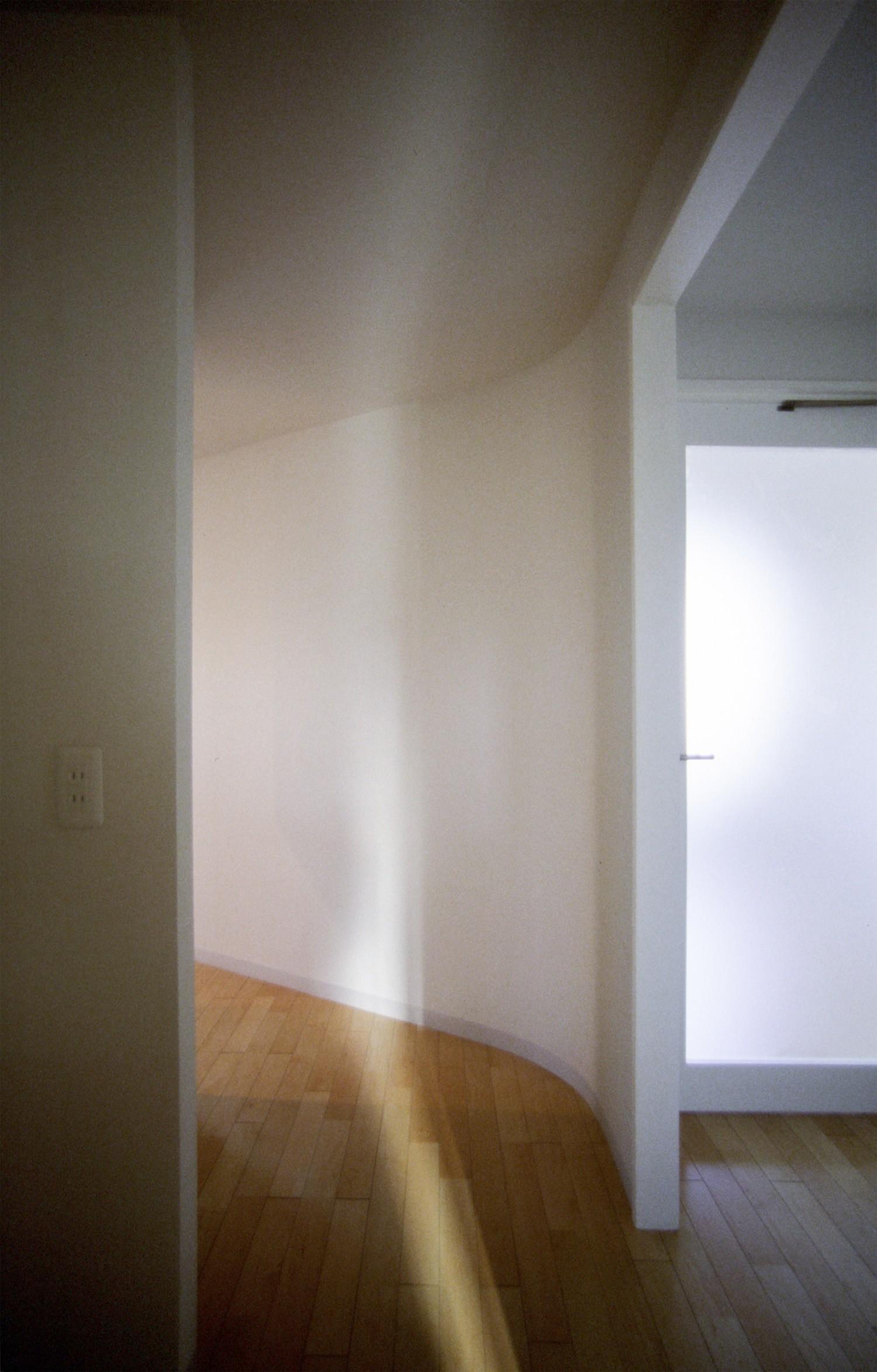 ベッドルーム事例:主寝室入り口(東京中野 ミニマル・シンプルな空間へマンションリノベーション)