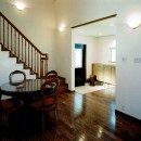 オープンテラスがある週末邸宅:コンクリート構造の住宅設計の写真 玄関ホール