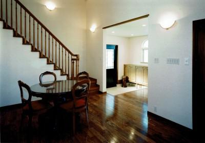 玄関ホール (オープンテラスがある週末邸宅:コンクリート構造の住宅設計)