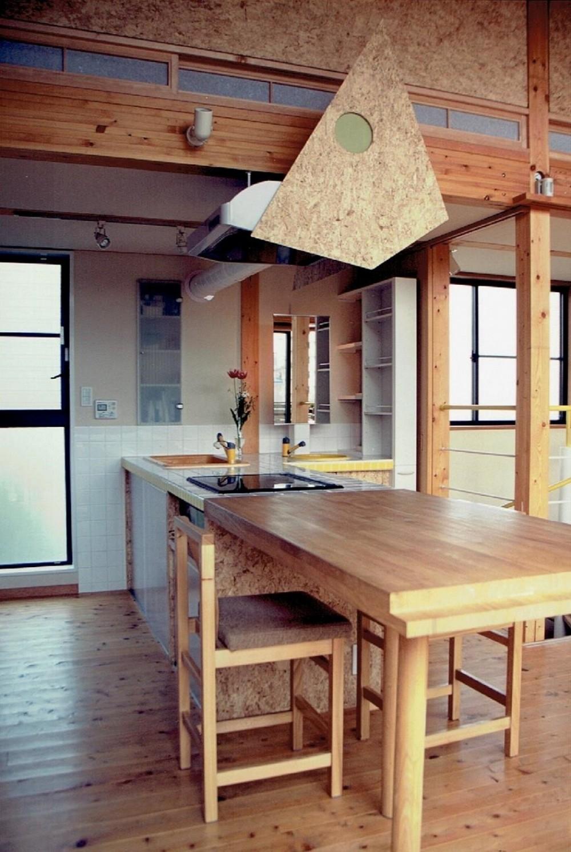 家族のびのび大空間:自然素材の家 (ダイニング~キッチン~洗面化粧台)