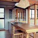 家族のびのび大空間:自然素材の家の写真 ダイニング~キッチン~洗面化粧台