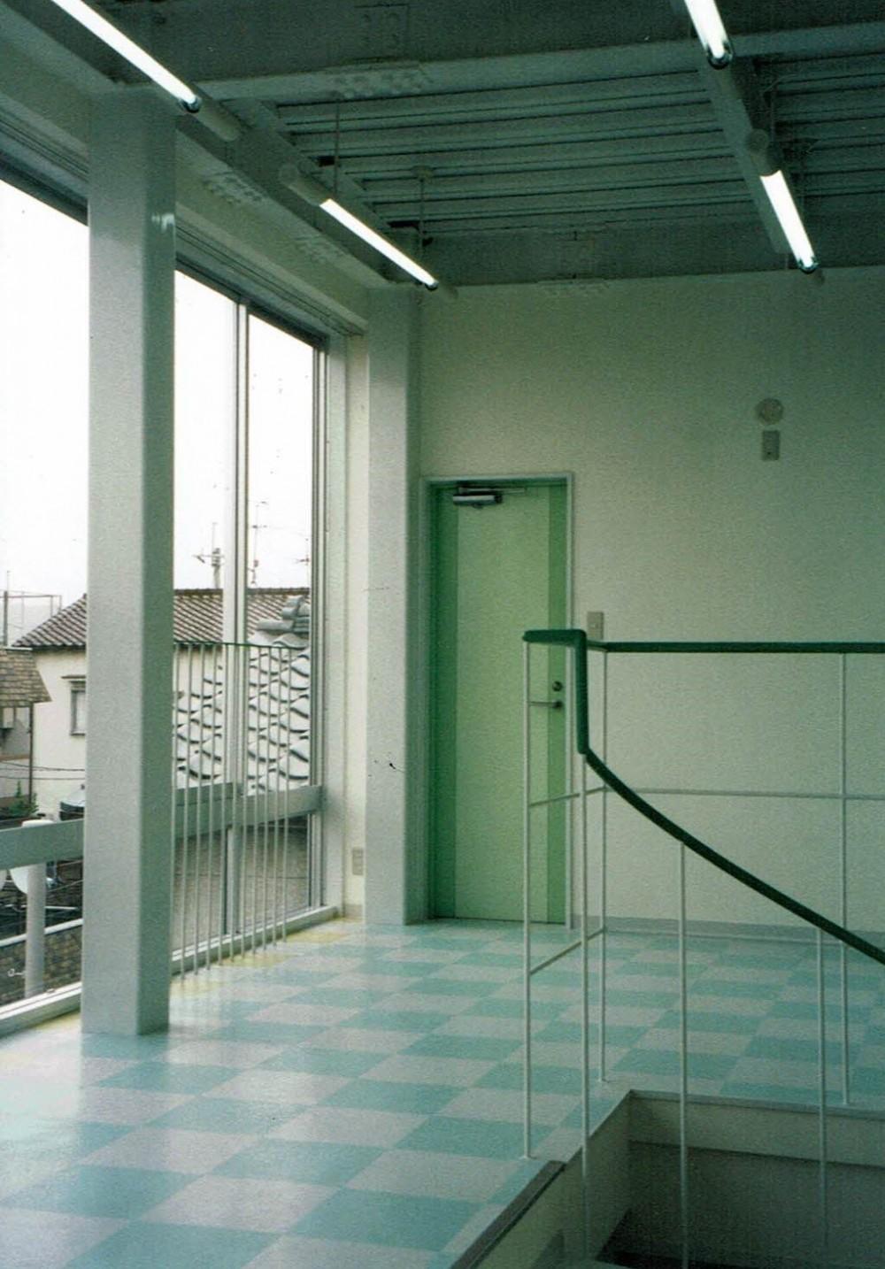 ポップなカラーが映える鉄骨構造の狭小住宅(Kid`s House) (子供室)