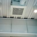 ポップなカラーの子供が楽しむ鉄骨構造の狭小住宅(Kid`s House):天井が高い住まいの写真 吊戸棚